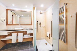 reumd-guest-bathroom-8380-hor-clsc